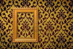 Marco de oro sobre un fondo de pared amarilla vintage  Foto de archivo