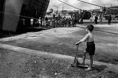 Danid Seymour.Θεσσαλονίκη εικόνες του 1948. Διακρίνουμε μεταφορά παιδιών θύματα εμφιλίου