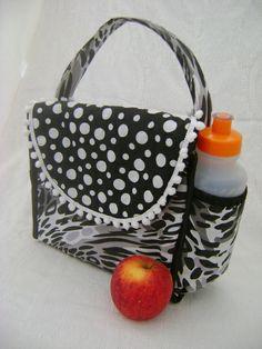 Lunch Bag ou Lancheira térmica feita tecido 100% algodão e forrada com tecido térmico. Fechamento com velcro.  Mede aproximadamente 24cm de largura, 19cm de altura e 10cm de profundidade. R$ 45,00