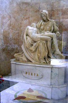 Réplica da Pietá de Michelangelo, doada pelo papa Paulo VI em 1975 - Igreja de São Pelegrino - Caxias do Sul- Brasil.