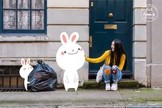 Yoyo The Ricecorpse interactúa con sus tiernas ilustraciones - Yoyo The Ricecorpse Interacts With Adorable Cartoon Characters On City Streets