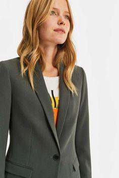 Zakelijke kleding voor het warme herfsttype.   Style Consulting Warm Spring, Warm Autumn, Color Type, Blazer Fashion, Spring Colors, Fitness, Green, Model, Jackets