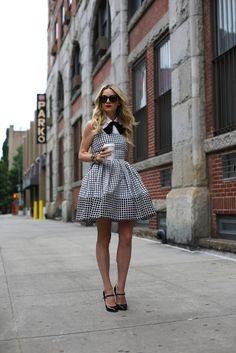Olha o shape do seu vestidinho Dior com blusa por baixo! Só isso pq a caracterização desse sapato mais laço no pescoço ta F*#%a