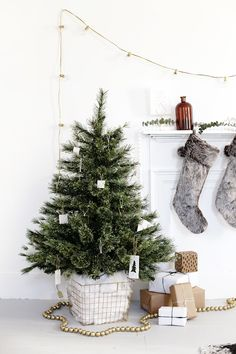 DIY Tree Skirt Alternative @themerrythought