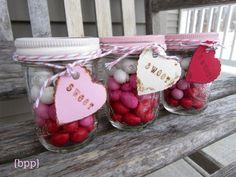 キャンディやクッキーなどを入れて、甘いものが好きなお友達や、ちょっとしたお礼、季節のご挨拶などに。  例えば写真はバレンタインのギフトアイデアですが、白、ピンク、赤のM&M'sチョコレートを入れて可愛く仕上がってますね。