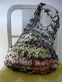 A market bag made from soda can tabs and a rope Soda Tab Crafts, Can Tab Crafts, Bottle Cap Crafts, Kids Crafts, Craft Projects, Pop Top Crafts, Pop Can Tabs, Soda Tabs, Pop Cans