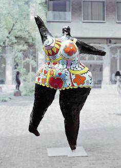 Niki de Saint Phalle (1930-2002), Black Nana, 1968/69, poliestere dipinto. Museo Ludwig, Colonia. Donna francese, creatrice delle più eccentriche e colorate sculture del 900, che hanno trovato degno posto in parchi e giardini. Spesso di grandi dimensioni, dialogano con lo spazio pubblico, diventano fontane e portali architettonici. Col colore ci comunicano l'entusiasmo istintuale della cultura giovanile e con le forme esagerate delle donne il primato femminile nelle cose dell'uomo.
