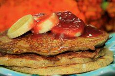 Panqueca Paleo saudável com banana, mel e geleia de morango com amora