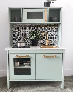 16 Stupid-Cute Ikea Kid Kitchen Hacks Do you own Ikea's Duktig — the kid's play kitchen? If so, check out these 16 insanely gorgeous DIYs to make the toy even cooler. Ikea Kids Kitchen, Mini Kitchen, Kitchen Decor, Kitchen Design, Kitchen Tips, Ikea Childrens Kitchen, Ikea Kids Playroom, Ikea Kids Bedroom, Children Playroom
