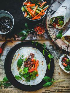 Teriyakinyhtökaura-banh mi-tortillat (V) – Viimeistä murua myöten Quick Recipes, Meat Recipes, Asian Recipes, Vegetarian Recipes, Healthy Recipes, Ethnic Recipes, Pesco Vegetarian, Vegan Foods, Street Food