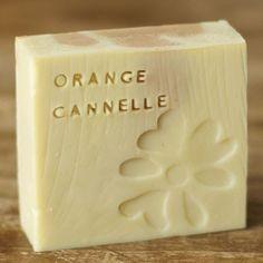 Premier savon réussi tant au niveau de la formule que de l'esthétique ! Ingrédients : total huile 249g - HV olive : 121g (48,5%) - HV c...