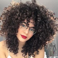 To have beautiful curls in good shape, your hair must be well hydrated to keep all their punch. You want to know the implacable theorem and the secret of the gods: Naturally curly hair is necessarily very well hydrated. Curly Hair Tips, Long Curly Hair, Big Hair, Wavy Hair, Curled Hairstyles, Pretty Hairstyles, Natural Hair Styles, Long Hair Styles, Kinky Hair