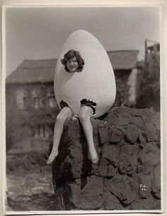 Halloween Vintage Costumes: Humpty Dumpty! How does she go trick or treating without her arms?