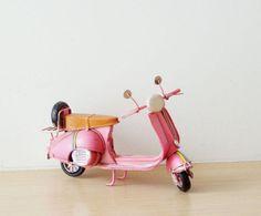Vrac, Pink Vespa scooter miniature, collectible pink Vep est une création orginale de Sophia-Andreas sur DaWanda