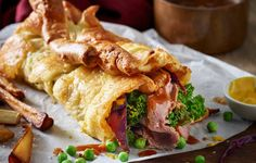 Roll up, roll up! We've taken the traditional Sunday roast, including the gravy, and rolled it up inside a fluffy, flattened Yorkshire pudding wrap. Roast Dinner Wrap, Roast Beef Wrap, Steak Wraps, Wrap Recipes, Beef Recipes, Cooking Recipes, Family Recipes, Healthy Recipes, Bon Appetit