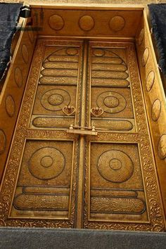 A detailed picture of the kabah door