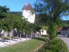 Le long des promenades de Cravant, vue du Donjon et sa tour octogonale. Village médiéval situé le long du Canal du Nivernais.