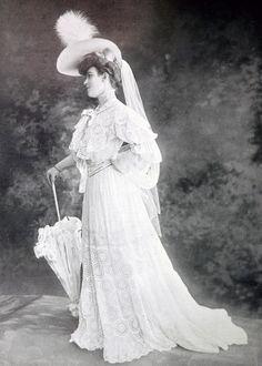 """Robe de garden party par Redfern """"Robe en linon royal et broderie anglaise avec entre deux et volants de valenciennes ; ceinture de taffetas Pompadour."""" 1904."""