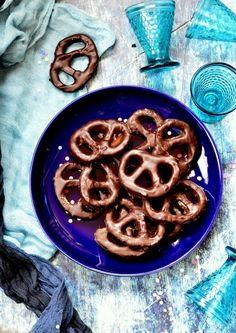 Csokoládés perec recept - Kifőztük, online gasztromagazin Candy Art, Brown Booties, Waffles, Food And Drink, Sweets, Cookies, Baking, Breakfast, Cake