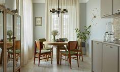 Для того чтобы сделать интерьер более легким и светлым, дизайнер Вера Тоцкая решила не разделять гостиную и коридор глухой стеной, а обозначить их границы орнаментальной решеткой. В цветовой же гамме выбор был сделан в пользу воздушных и солнечных оттенков.