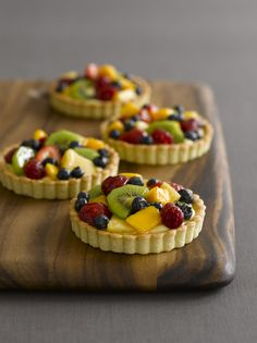 PARISIAN FRUIT TARTS This type of a tart—a cookie dough crust, covered with a thin layer of pastry cream and an assortment of glazed fruit—has been the mainstay of elegant pastry shops in Paris and many other places for the better part of a century. Mini Fruit Tarts, Fruit Tartlets, Pastry Shop, Pastry And Bakery, Sweet Tarts, Mini Cakes, Just Desserts, French Desserts, Health Desserts