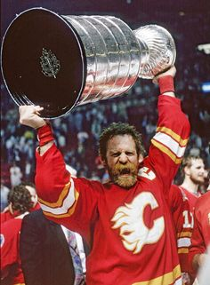 Lanny McDonald hoists the Stanley Cup for the Calgary Flames in Hockey Games, Hockey Players, Ice Hockey, Duke Basketball Tickets, Baseball Playoffs, Baseball Scores, Pro Baseball, Baseball Pants, Football