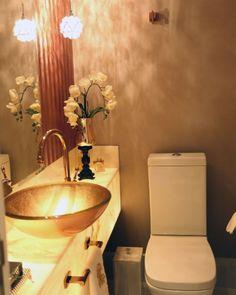 Lavabo com bancada de pedra ônix iluminada, cuba, loucas e metais e papel de parede Spazio Del Bagno. #lavabo #lavabodecorado #lavaboluxo