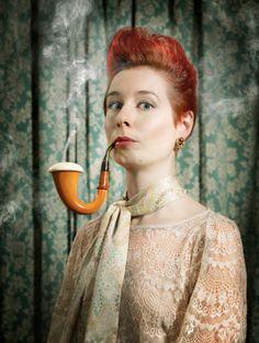 Photo : PORTRAIT OF WOMAN SMOKING PIPE