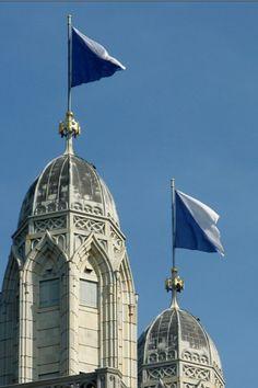 Die Türme des Grossmünsters, geschmückt mit den Fahnen der Stadt Zürich