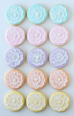 Embroidery Tutorials Great tutorial on brush embroidery cookie decorating technique. While it may look intimidating it's truly simple! - These beautiful spring brush embroidery cookies are easy to make using this step-by-step tutorial. Fancy Cookies, Iced Cookies, Cute Cookies, Easter Cookies, Cookies Et Biscuits, Cupcake Cookies, Owl Cookies, Soft Sugar Cookies, Cookie Icing