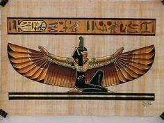 Mitologia egípcia. Maet, Maat ou Ma'at é a deusa da Justiça e do Equilíbrio. Representada por uma jovem mulher com uma pluma na cabeça. Filha de Rá, o deus Sol e esposa de Tot, o deus Lua.