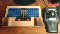 Clavier orthogonal, marquage bépo par décalcomanie, cales pour les poignets. Computer Keyboard, Techno, Keys, Boards, Keyboard, Planks, Computer Keypad, Key, Techno Music