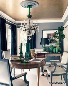 Красьте или обклеивайте потолки обоями. Все что привлекает наш глаз, делает комнату зрительно больше. А темные, черные или синие потолки дают эффект глубины и бесконечности