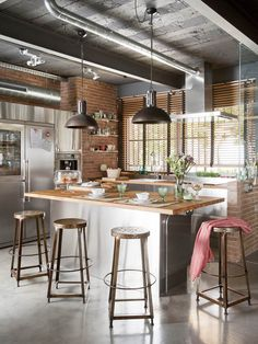 Home Interior Design — Cozinha estilo industrial por Egue y Seta. Industrial Kitchen Design, Industrial House, Interior Design Kitchen, Modern Industrial, Vintage Industrial, Industrial Kitchens, Industrial Farmhouse, Industrial Stairs, Industrial Shelving