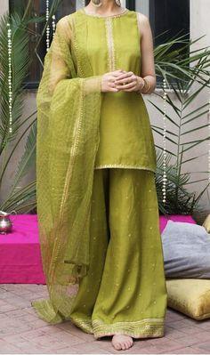 Simple Pakistani Dresses, Pakistani Fashion Casual, Pakistani Wedding Outfits, Pakistani Dress Design, Indian Dresses, Indian Outfits, Pakistani Clothing, Wedding Hijab, Kurta Designs