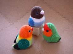 podkins: I just found these little cuties over at the Japanese blog Kotoriya, who makes the amazing little amigurumi parrots and sells them!