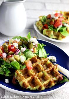 GOFRY CUKINIOWE Z SALSĄ WARZYWNĄ I FETĄ Healthy Dishes, Healthy Snacks, Healthy Eating, Healthy Recipes, Clean Eating Recipes, Cooking Recipes, Good Food, Yummy Food, Healthy Breakfast Smoothies