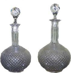 BACCARAT - Par de elegantes garrafas em cristal marcado Baccarat, lapidação bico de jaca, França - cerca de 1900. Alturas: 19 cm e 18 cm. Base R650,00. Dez14