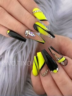 If you're sick of plain round nails and the formal look of square nails, coffin nails are an excellent in-between look and this year's best trend. Acrylic Nails Coffin Short, Coffin Nails Matte, Summer Acrylic Nails, Cute Acrylic Nails, Stiletto Nails, 3d Nails, Rhinestone Nails, Bling Nails, Glitter Nails