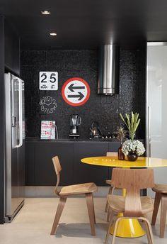 Para um estilo jovial pod-se compor com outros itens na parede.
