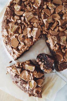 Kæmpe Bounty kladdkaka - chokoladekage med kokosfyld Tabouleh Salat, Feta, Danish Dessert, Up Halloween, Falafel, Pie Recipes, Mousse, Nutella, Tofu