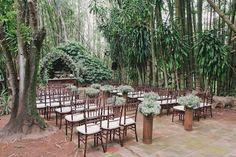 Decoração de cerimonia de casamento branca, no campo, com mosquitinhos e arco de flores, cadeiras de madeira.  Foto: Master Vídeo e Produções