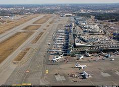 Aeropuerto de Helsinki-Vantaa - El aeropuerto de la capital de Finlandia es bastante compacto y muy cómodo a la hora de hacer cambios de vuelos, y en él encontraremos dos terminales (T1 y T2) conectadas entre sí. En total suman 28 puertas de embarque (numeradas desde la 11 a la 38) y se puede recorrer en apenas 15-20min de una punta a otra.