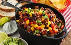 Chili con carne är snabblagat, lättlagat och passar perfekt till både vardag och fredagsmys. Här serverar vi den tillsammans med krämig guacamole och knapriga tacochips.