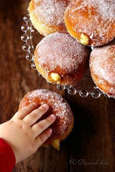 Donuts with custard cream as in Rome Donut Recipes, Baking Recipes, Snack Recipes, Dessert Recipes, Churros, Desserts With Biscuits, Food Platters, French Pastries, Vegan Snacks