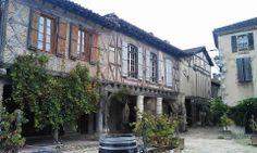 Sous les arcades de Labastide d'Armagnac