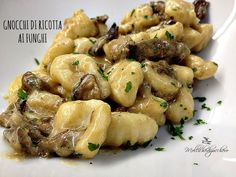Gnocchi ricotta cheese and mushrooms* Gnocchi Recipes, Pasta Recipes, Cooking Recipes, Healthy Recipes, Italian Dishes, Italian Recipes, Italian Food Restaurant, Tortellini, Italy Food