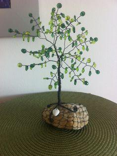 zelený+stromeček+Stromeček+je+vyroben+z+černého+žíhaného+drátu+a+plastových+broušených+korálků+a+lístečků.+Na+okně+se+krásně+leskne.+Jeho+výška+bez+kamene+je+cca+20+cm,+s+kamenem+24+cm.+Zabalen+je+v+hezké+dárkové+papírové+krabičce.