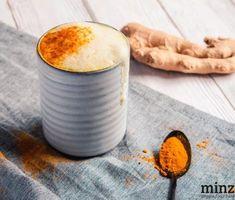 Kurkuma Latte (oder auch goldene Milch genannt) ist nicht etwa eine junge, ausgefallene Kreation der Getränkeindustrie, sondern tatsächlich ein jahrhundertealtes, ayurvedisches Rezept aus der südostasiatischen Küche, das hierzulande als neues Trendgetränk bezeichnet... #drinks #goldenemilch #ingwer