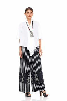 Cln batik garis2 Kulot Batik, Batik Kebaya, Blouse Batik, Batik Dress, Moslem, Model Kebaya, Batik Fashion, Little White Dresses, Blouse And Skirt